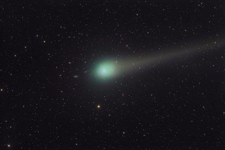 Комета Лулинь и далекие галактики